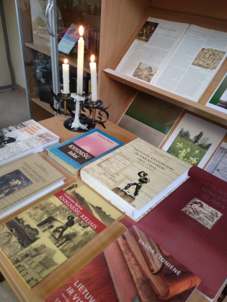 Leidiniai apie spaudos draudimo laikotarpį ir knygnešystę bibliotekos parengtoje parodoje